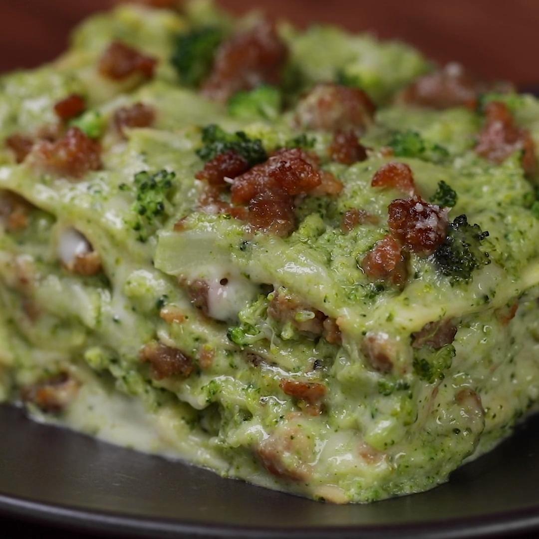 Broccoli e salsiccia, il matrimonio perfetto tra due ingredienti. Oggi, questo abbinamento te lo proponiamo a mo' di una golosissima lasagna bianca. Un'idea creativa per non preparare sempre le classiche lasagne al ragù! #lasagnebianche #lasagne #broccoli #salsiccia #primo #ricetteautunnali