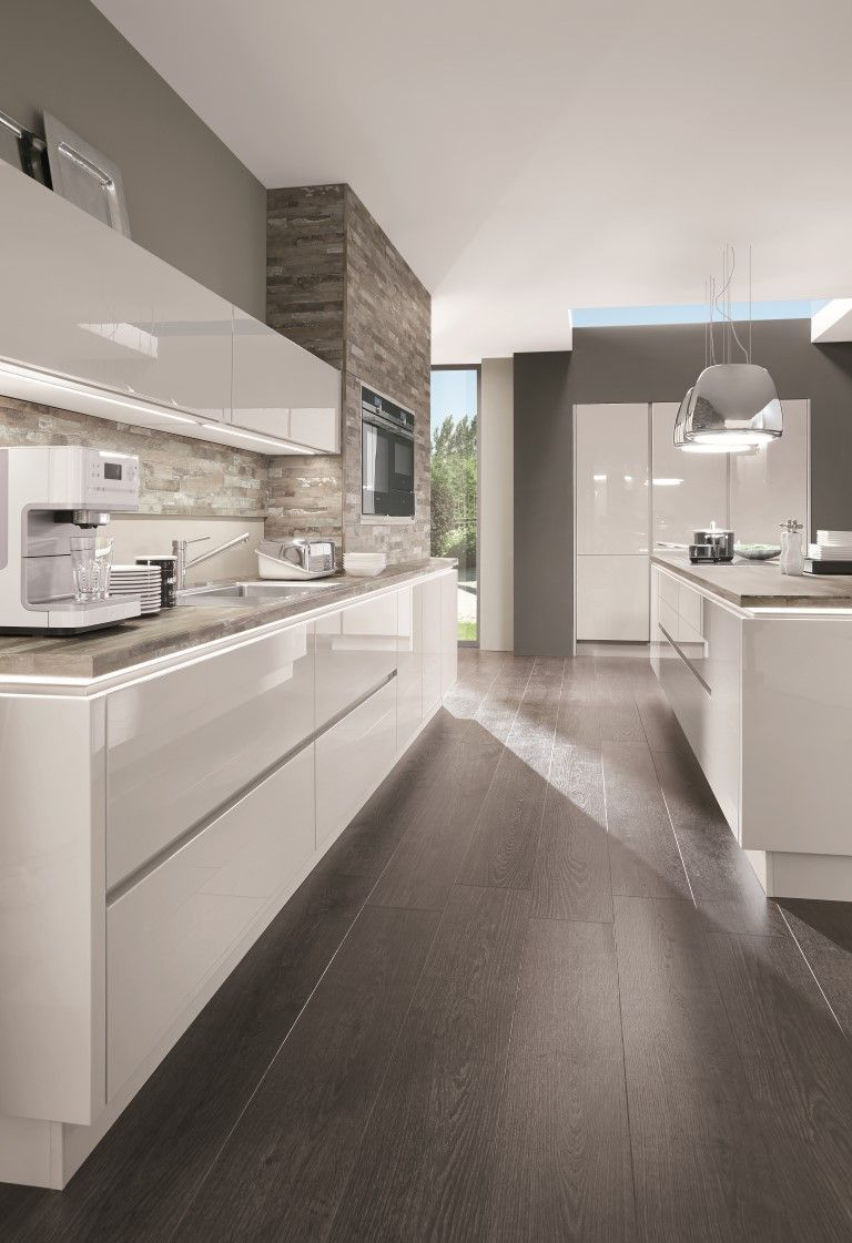 La elegancia de una cocina blanca combinada con un revestimiento de ...