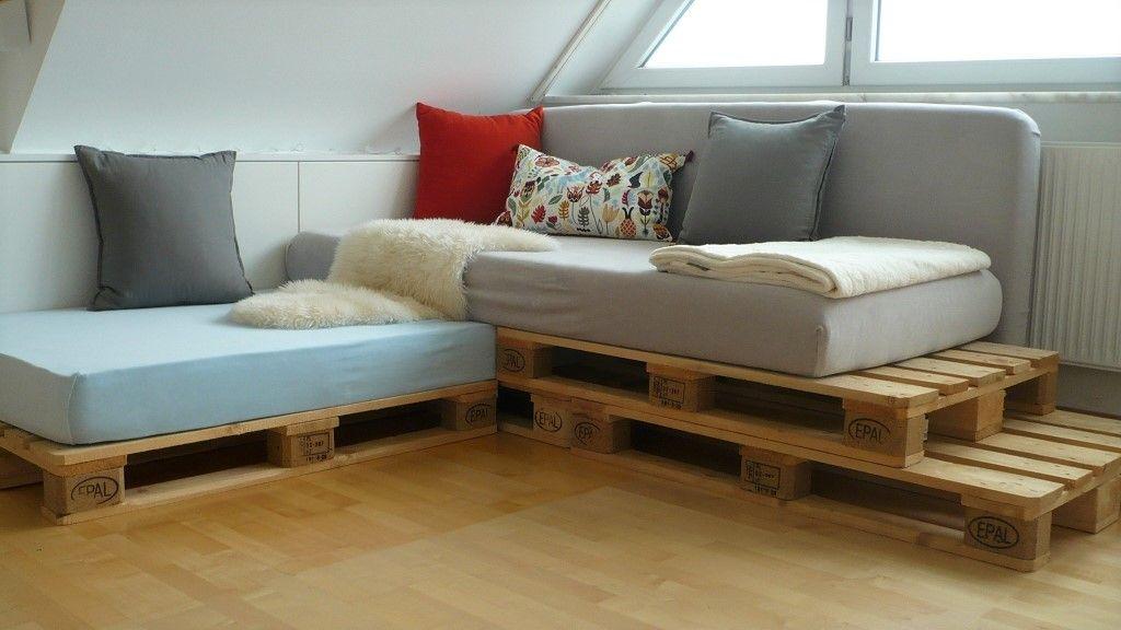 In Diesem Diy Zeige Ich Euch Wie Man Eine Stylische Sitzecke Bzw Ein Sofa Aus Matratzen Und Europaletten Zusam Europaletten Sofa Moderne Couch Gunstige Sofas