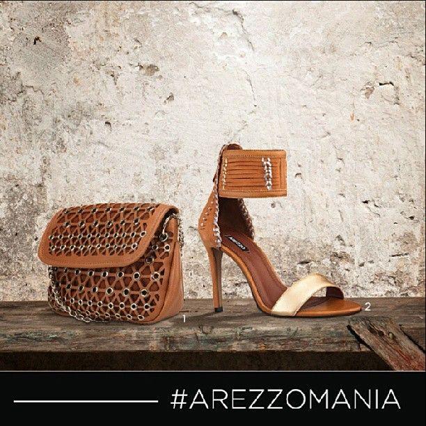 62f2e9f41a A bolsa tiracolo marrom com detalhes geométricos recortados é super  diferente e fica um luxo com essa sandália de nobuck com detalhes  metalizados.