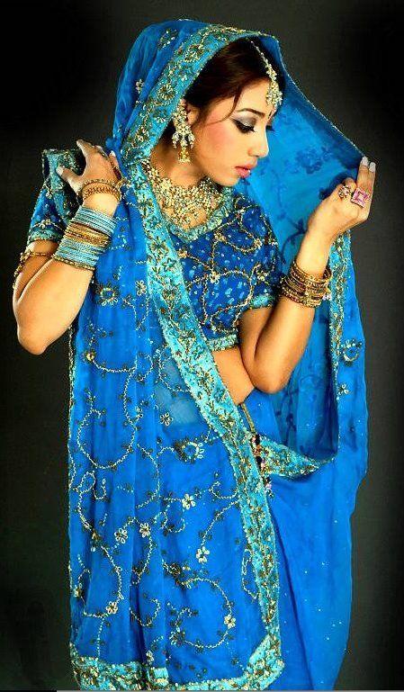 El sari es un vestido tradicional usado por millones de mujeres del Subcontinente Indio. Toma nombres distintos en los diferentes idiomas indios: en hindi, guyaratí y maratí, se le llama sāṛī; en canarés seere; en telegú cheera y en Tamil podavai.