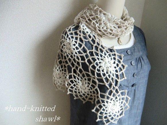 やわらかく肌触りの良い綿糸で編んだストールです。こちらは受注後の製作となり通常4日ほどお時間を頂戴します。 お色はやさしいライトベージュとごくやわらかな白の、... ハンドメイド、手作り、手仕事品の通販・販売・購入ならCreema。