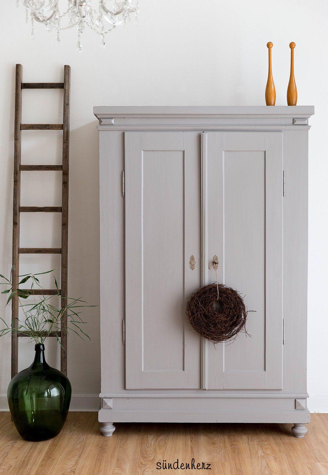Vintage Kleiderschrank im shabby chic. Farbe cornforth white von ...