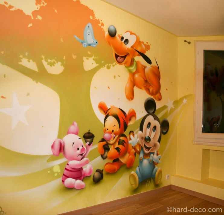 Quatre des personnages disney sur fond graphique sur un mur d 39 une chambre de b b rose - Personnage disney bebe ...