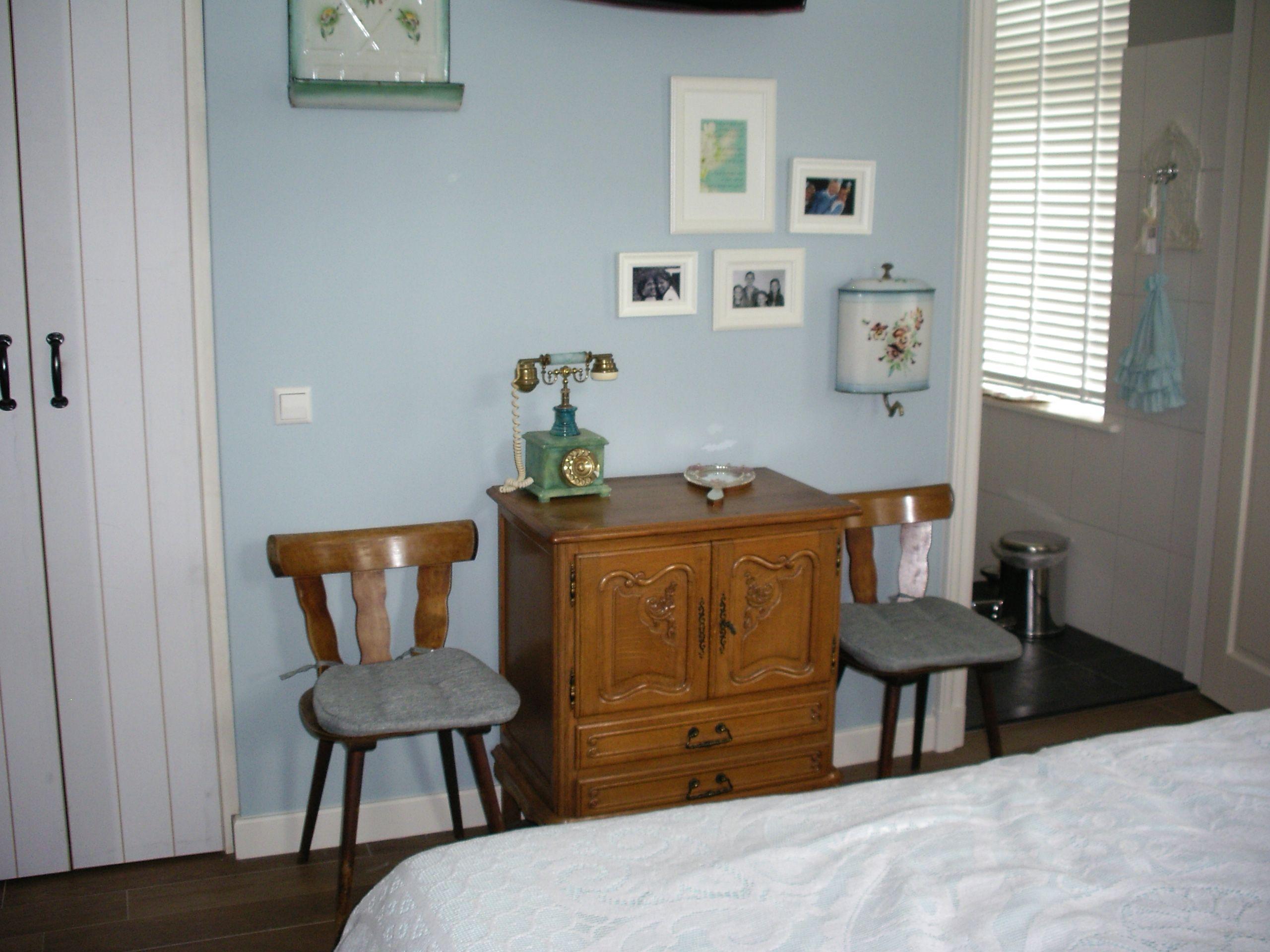 Kleine Ensuite Inloopkast : De ouderslaapkamer heeft een eigen badkamer en een kleine