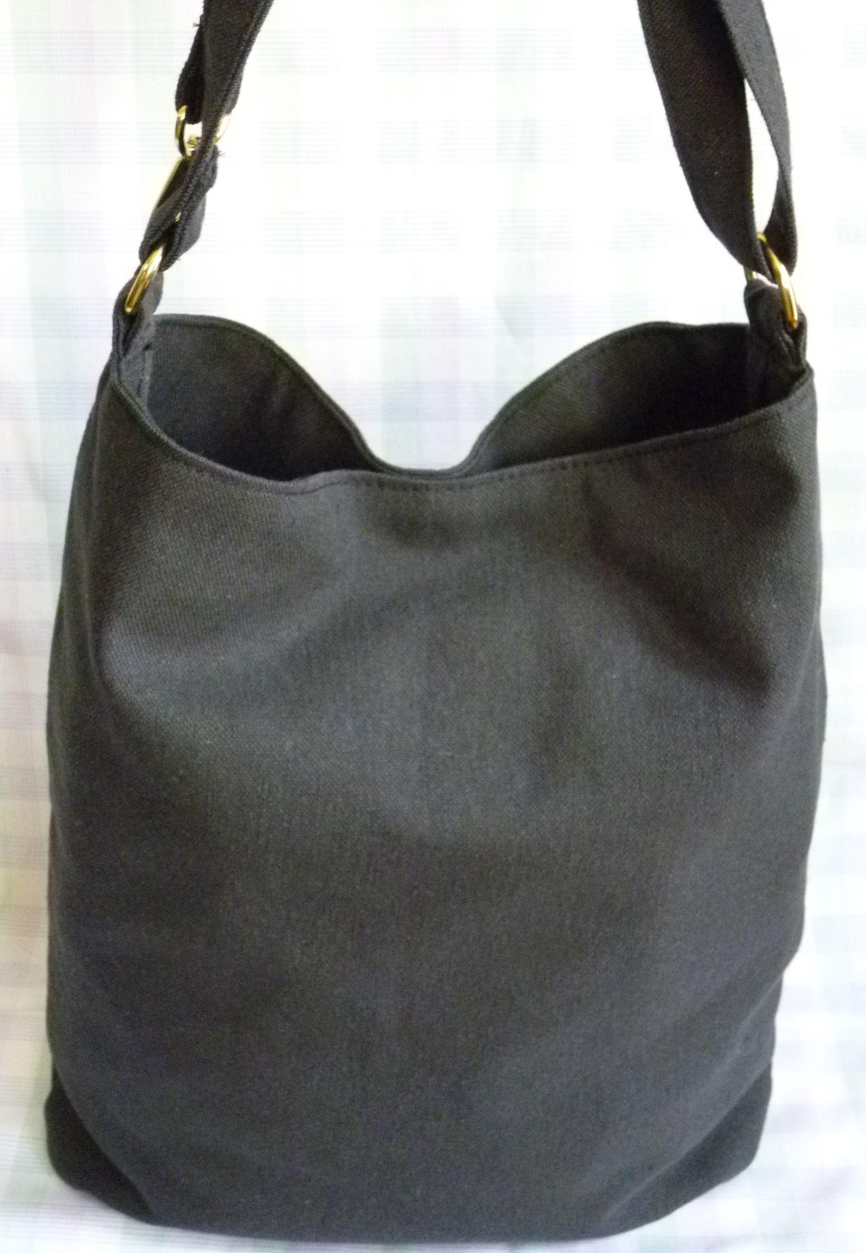 Bolso blasico en color negro. Se utiliza como morral o al hombro. CUERA. https://www.facebook.com/cueradisegno?fref=ts