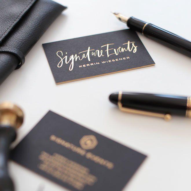 Das Kalligrafierte Logo Wirkt Durch Die Heißfolienprägung In