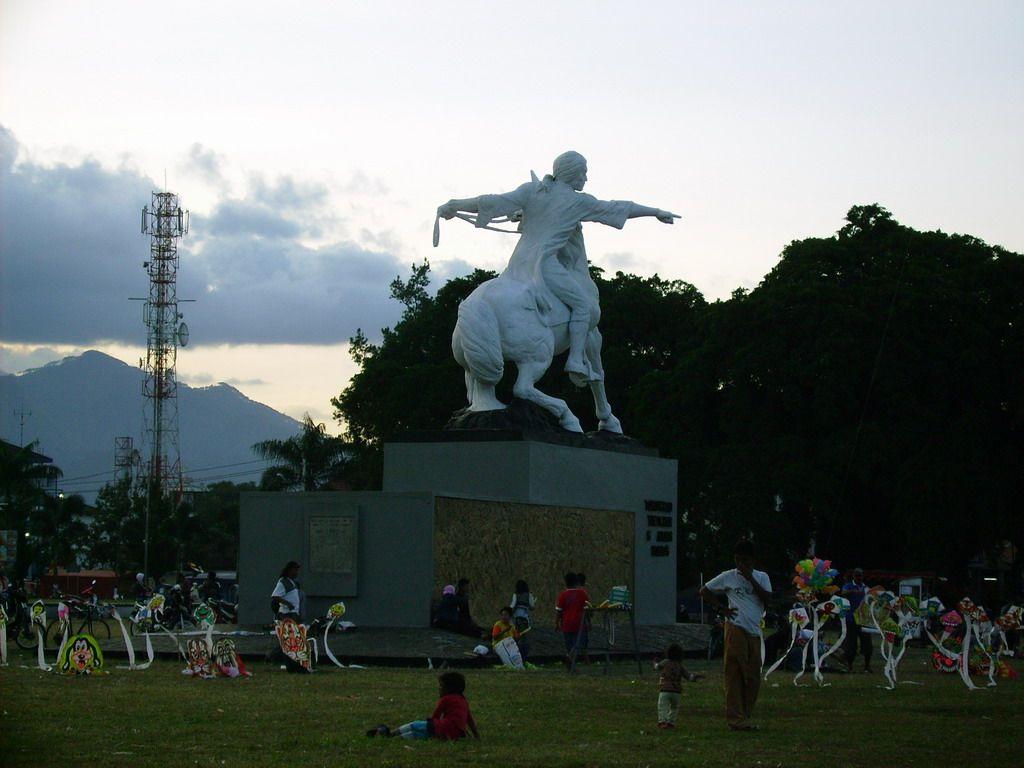 Patung Legendaris Pangeran Diponegoro Di Alun Alun Kota
