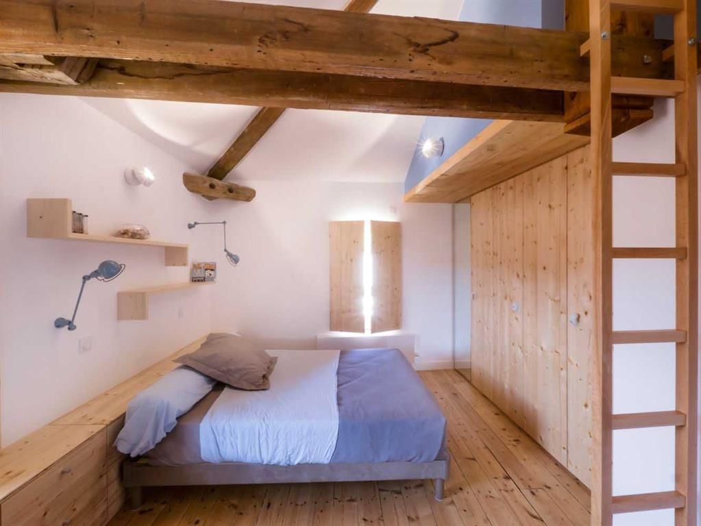 Minimalistic under the roof with exposed wooden struture bedroom in caban sty - Etageres sous combles ...