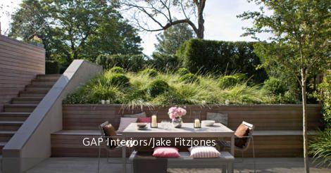 Simple Integrierte Sitzbank auf holzverkleideter Terrasse