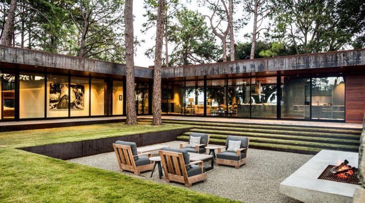 fenêtre panoramique, jardin minimaliste, foyer extérieur et mobilier ...