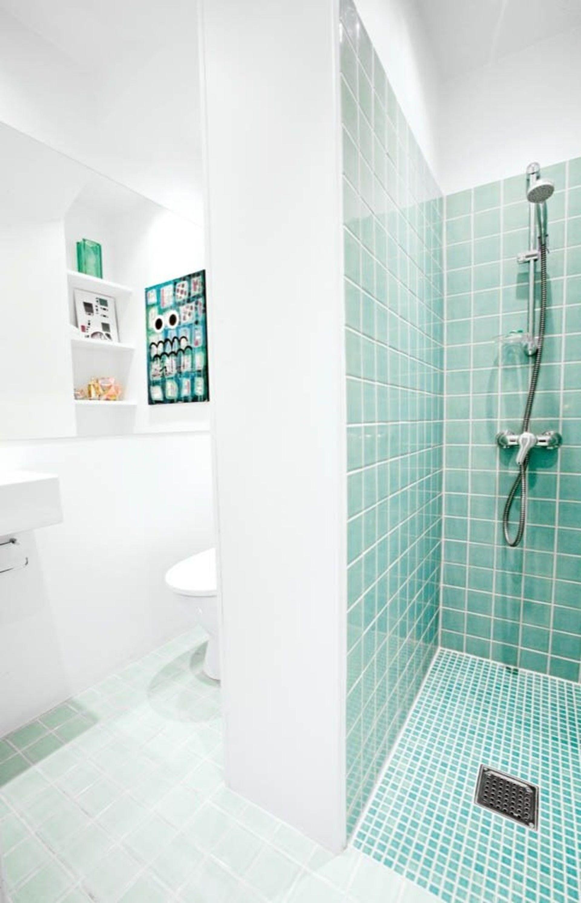 Indret med farver på badeværelset