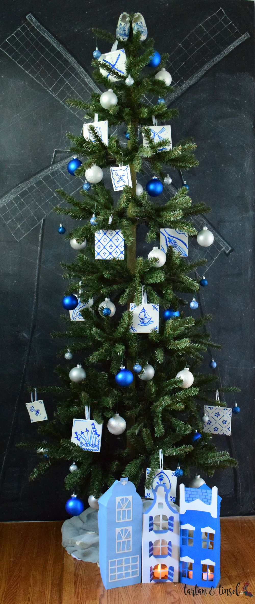 Delft Tile Themed Christmas Tree Blue And White Christmas Tree Dutch Christmas Www Tartanandtin Christmas Tree Themes Blue Christmas Tree Christmas Decorations