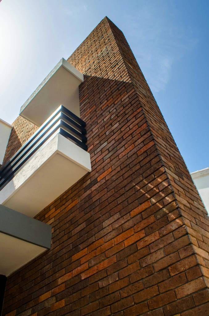 Muro tabique aparente casas de estilo por arkot Arquitectura y construccion de casas