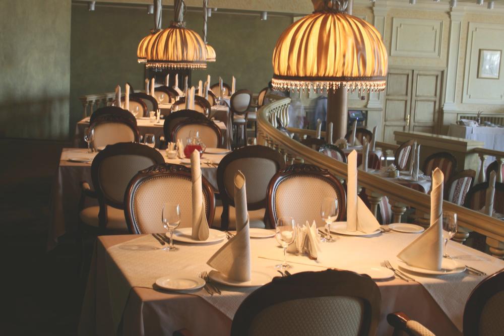 Lámparas de alta decoración para restaurantes - Crea un entorno íntimo y exclusivo alrededor de cada mesa.