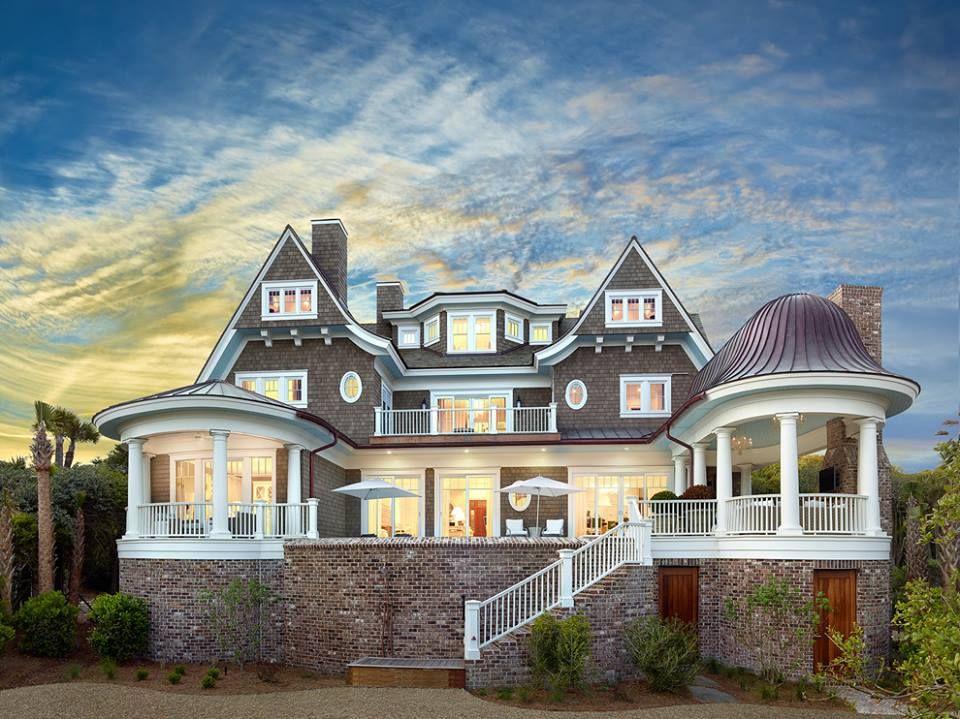 海邊度假屋,帶著海洋的顏色,內部空間運用簡約的美式風格,呈現從事電子科技業的屋主性格。 via Christopher A Rose AIA