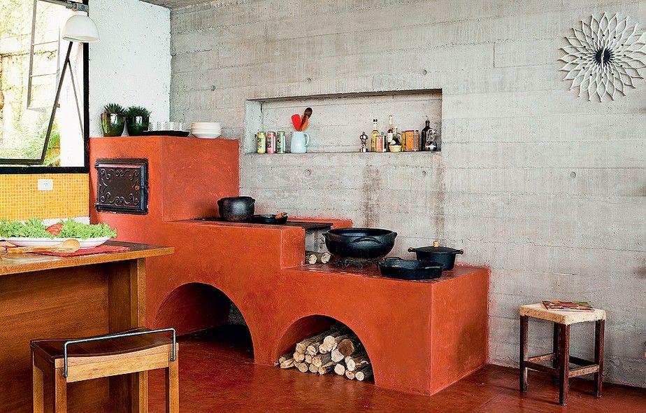 A tradicional dupla de fogão e forno a lenha reina absoluta nesta cozinha projetada pela Brasil Arquitetura. O acabamento de cimento queimado com pó Xadrez vermelho é herança da arquitetura rural trazida por imigrantes no início do século passado