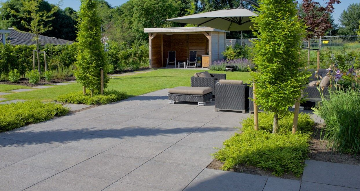 Betontegels 100x100 Antraciet.Grote Tegels Voor Een Moderne Strakke Landelijke Tuin Schellevis