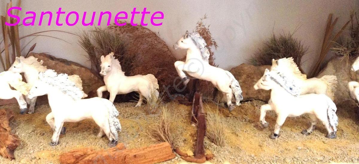 Belle scène de Camargue et ces superbes chevaux blancs en train de sauter une barrière - les santons de l'Oustau d'Antan