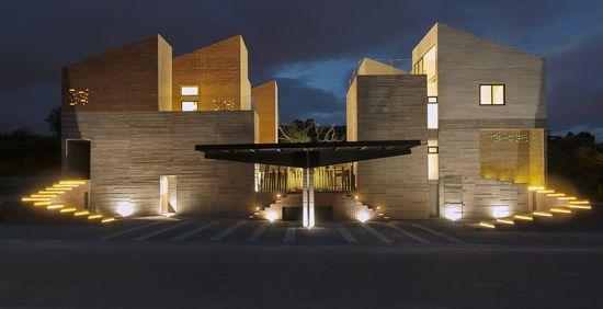 Casa Datri y Casa Dasa, un proyecto dos hogares Con la unión de dos estructuras mediante una alberca y áreas sociales, el arquitecto Marco Velázquez creó un solo ambiente adecuado para dos hermanos con gustos diferentes. http://www.podiomx.com/2015/07/casa-datri-y-casa-dasa-un-proyecto-dos_10.html