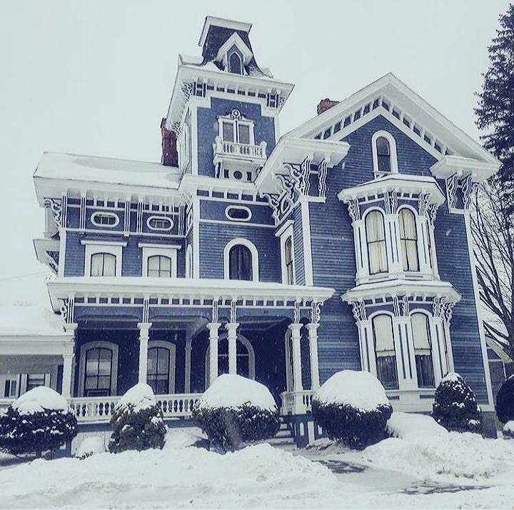 #blaues #Haus #mit #Ordnung #victorian Architecture #viktorianisches #weißer Blue Victorian Home with White trim. Blaues viktorianisches Haus mit weißer Ordnung.