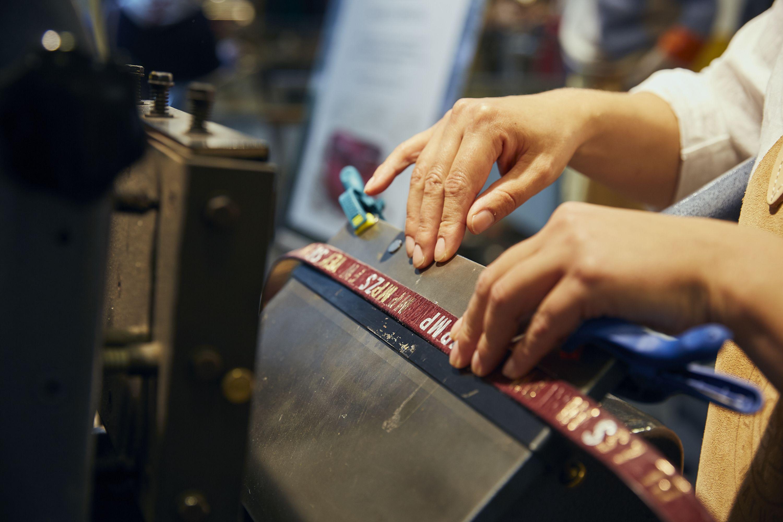 da2bd4ca61cd9d Personalisierung mit Initialen mit Folien auf Ledergürtel für Marc O Polo.  Foto © Offenblende