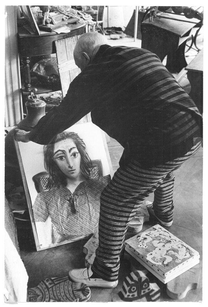 Pablo Picasso déplaçant Portrait de Jacqueline Été, 1957, Villa La Californie, Cannes Coll. particulière © David Douglas Duncan, 2012