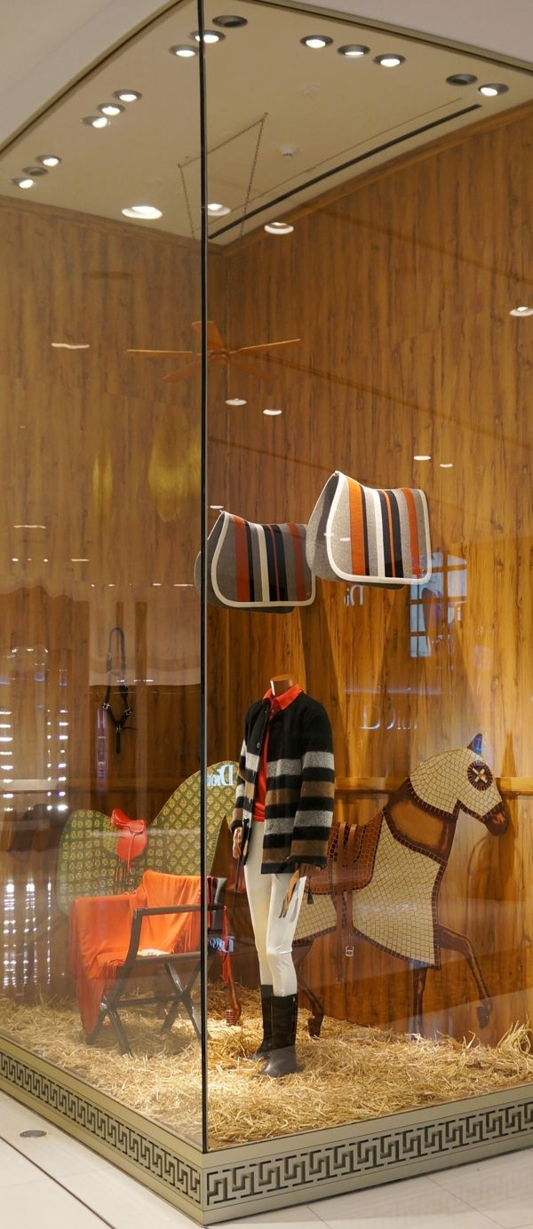 Stable horse parade ii herm s store window display for Design parade milano