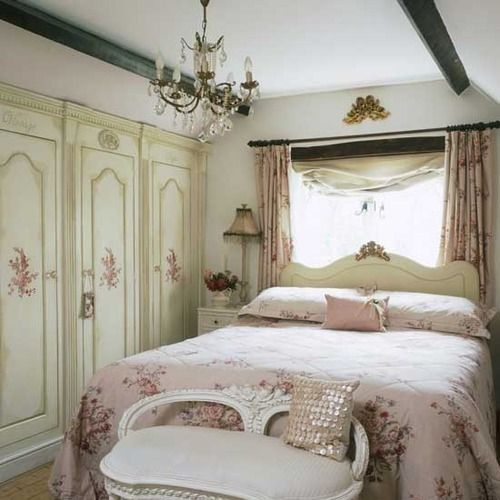 Shabby Chic Master Bedroom: Like The Dark Trim At The Ceiling