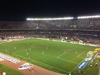 Este un partido de fútbol en Argentina. Este es un partido de campeonato.
