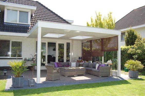 Houten terrasoverkapping met lichtkoepels huis in