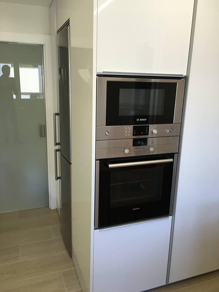 cocina moderna con columna de horno y microondas y puerta