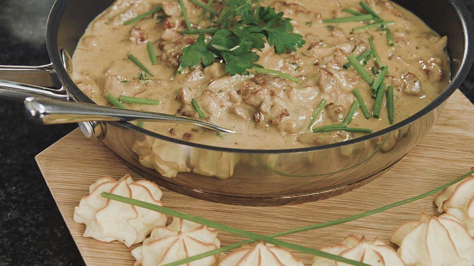 Hauduta herkullisen kermainen pippurikastike porsaan lihasuikaleista keittiömestari Tomi Björckin ohjeella! Pippurikastike tarjoillaan juhlavien duchesseperunoiden kera, mutta arkena voit nauttia kast...