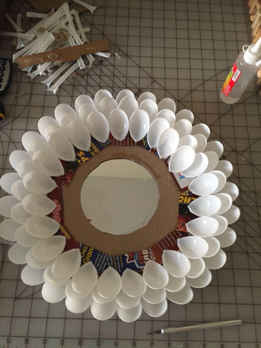 Espejo reciclado hecho de cucharas de plastico y carton espejo con cucharas - Espejo de plastico ...