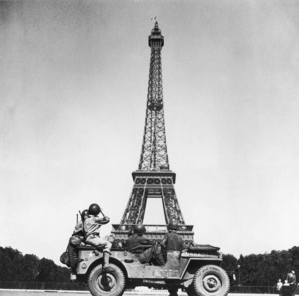 Soldiers Of 4th Us Infantry Division Looking At Eiffel Tower From