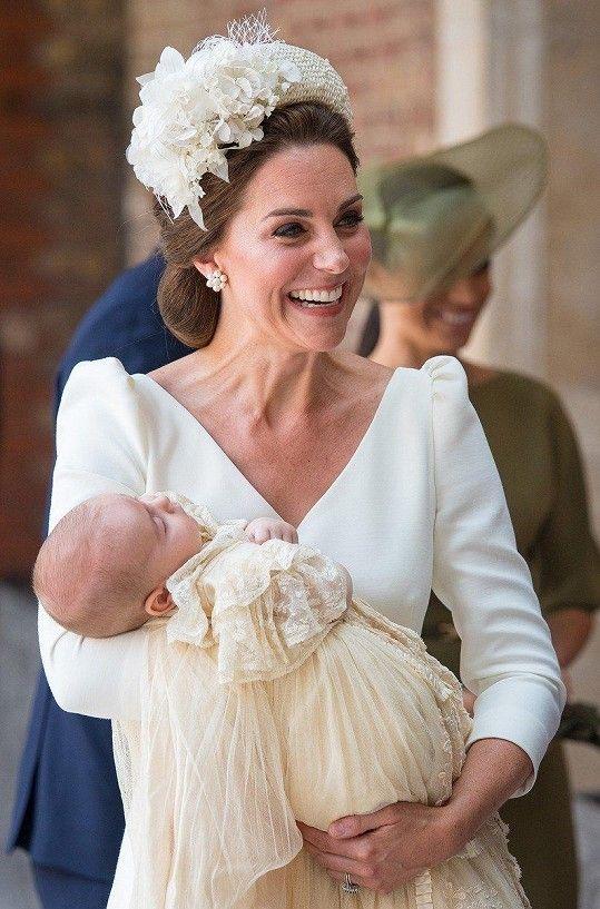 Kate upevnila pověst módní ikony v šatech značky Alexander McQueen a  kloboučkem Jane Taylor. 70a5447184