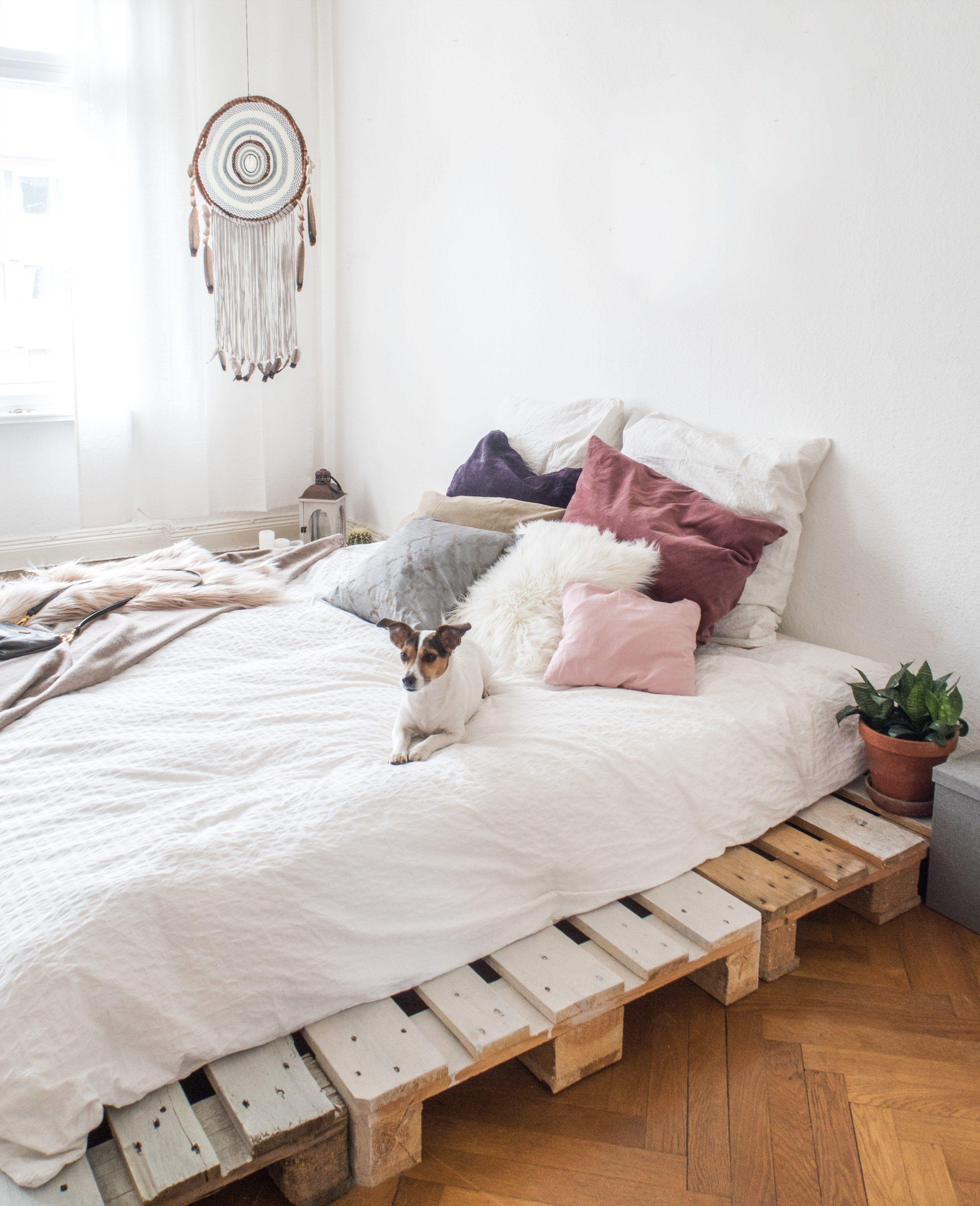 dein eigenes palettenbett in wenigen schritten selbstgebaut schlafzimmer pinterest. Black Bedroom Furniture Sets. Home Design Ideas