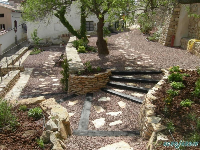 Jardin con camino de piedras jardin pinterest camino for Decoracion de jardines con piedras y madera