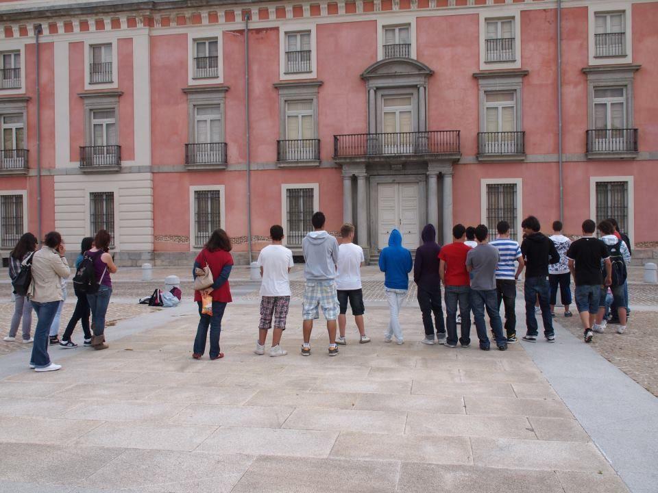 Alumnos durante la explicación que se les dio sobre el palacio y su historia. 2011