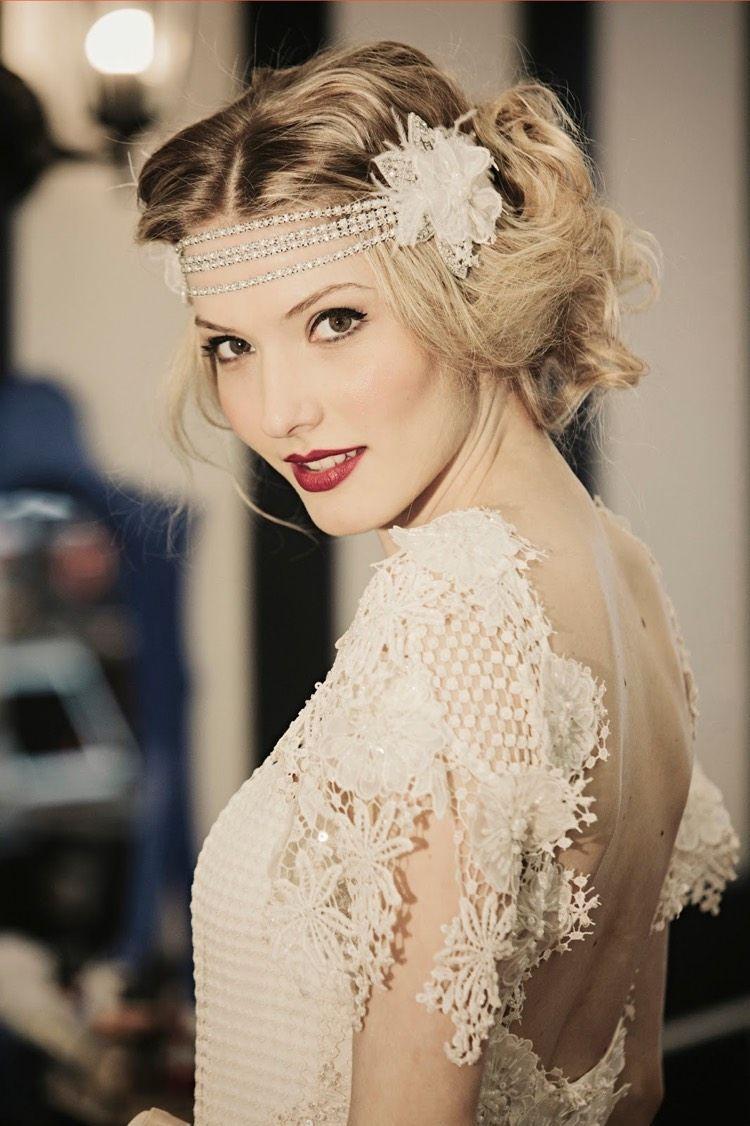 35 Klassische Und Zeitlose Frisuren Der 20er Jahre Fur Frauen Frisuren Halblang In 2020 Headband Hairstyles Gatsby Hair Vintage Wedding Hair