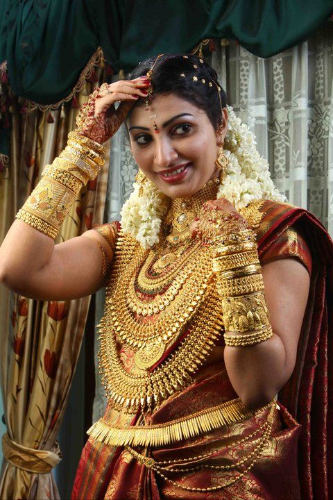 A Bride With 5 Kg Gold Indian Bridal Outfits Indian Bridal Wear Bridal Jewellery Indian