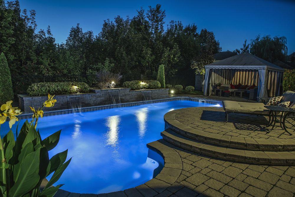 Aménagement paysager bien éclairé autour du0027une piscine creusée - amenagement autour d une piscine