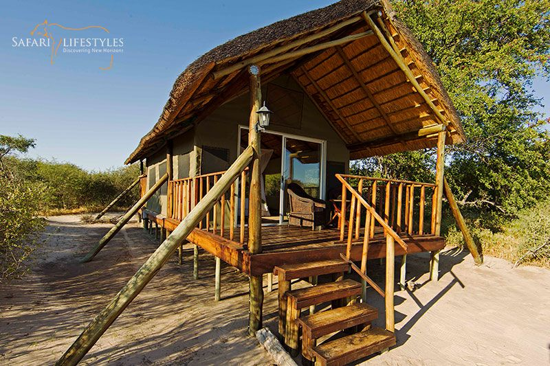 Dinaka Safari Lodge - Kalahari - Botswana Safaris. An intimate lodge on the northern boundary of the Central Kalahari Game Reserve, Dinaka Safari Lodge provides you with real home comforts without losing its authentic bush feel.