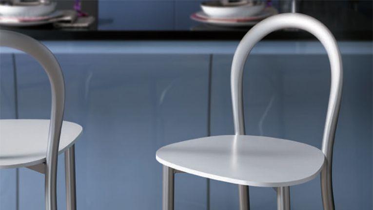 Gli sgabelli per una cucina moderna sgabelli