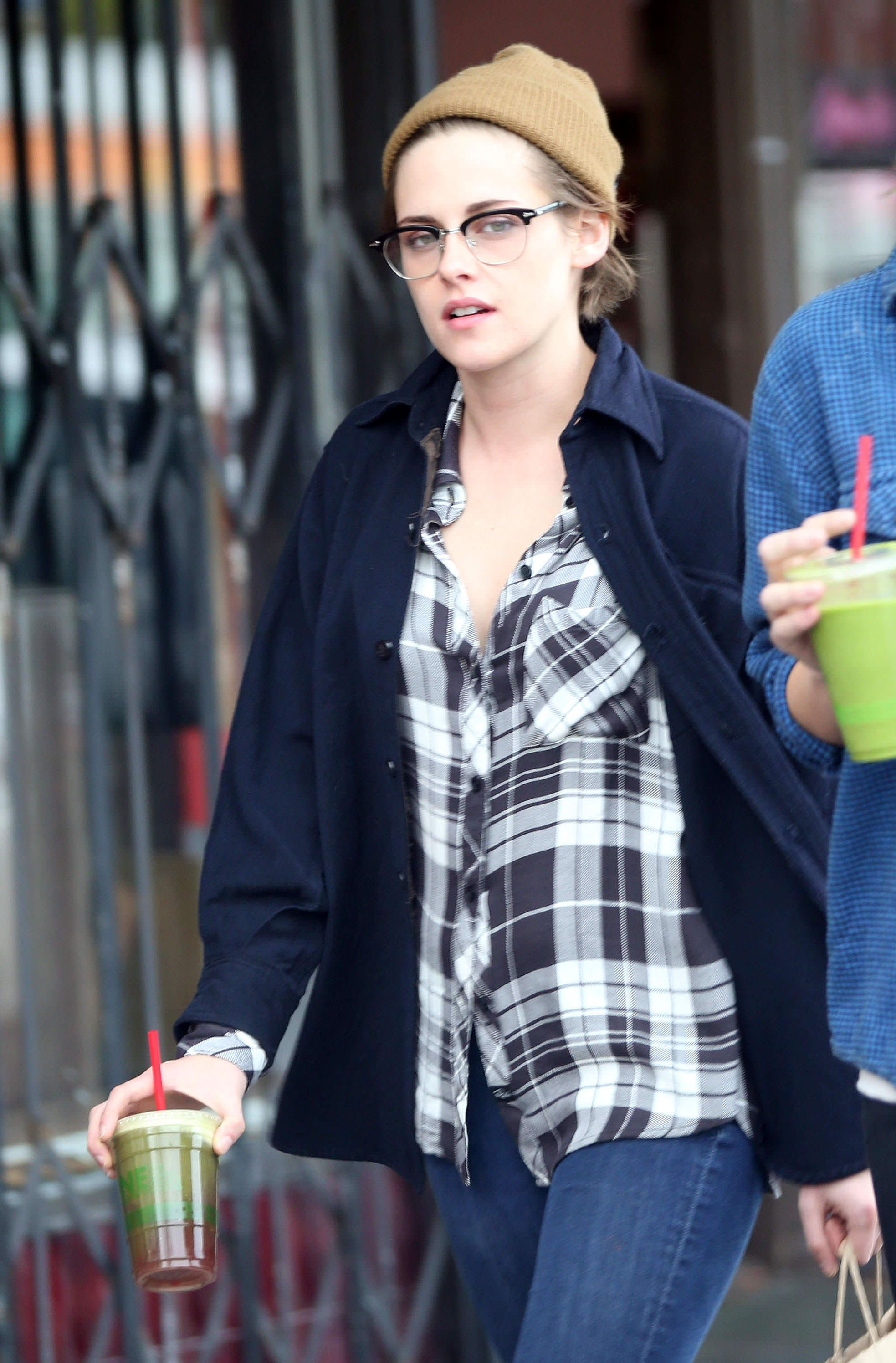 Over 100 new pictures of Kristen out in LA today http