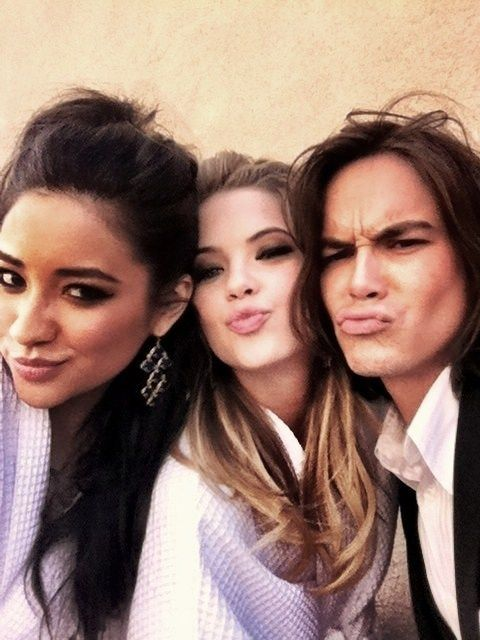pretty little liars - Shay Mitchell, Ashley Benson and Tyler Blackburn