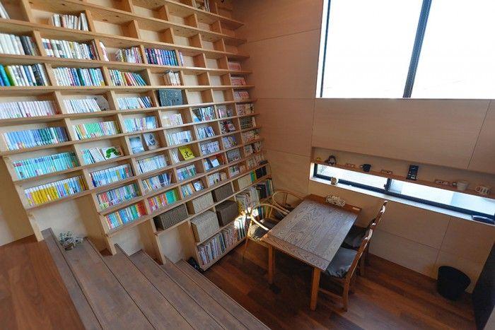 傾斜壁のある家傾いた壁と一体化した本棚と眺望が大のお気に入り