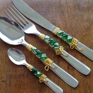 imagem de talheres decorados com arame e miçangas
