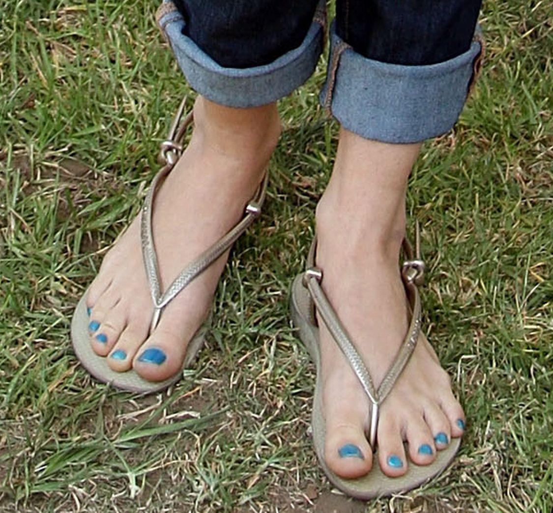 Debby-Ryan-Feet-337263.jpg (1125×1044)