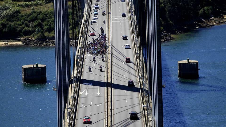 Vuelta ciclista a España 2013 pasando por el puente de Rande, Vigo.